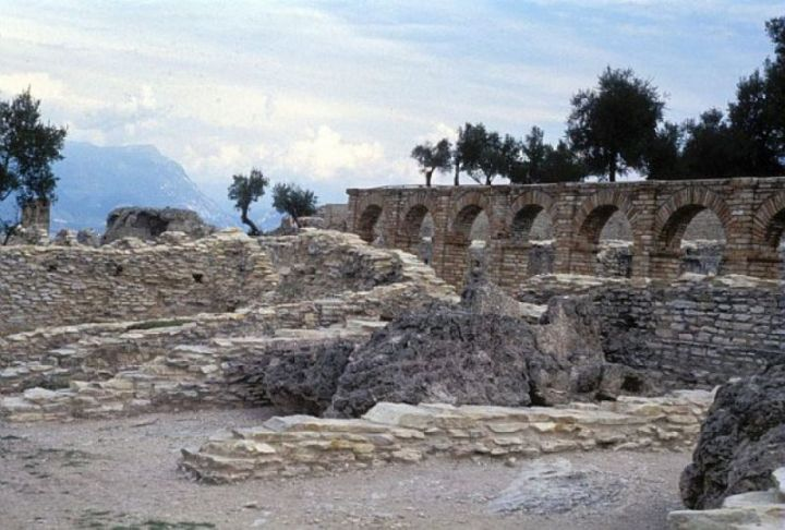 Grotte di Catullo 4-botteghe e criptoportico
