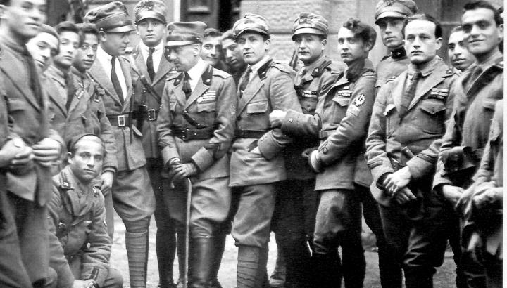 D'Annunzio (al centro con il bastone) con alcuni legionari a Fiume nel 1919